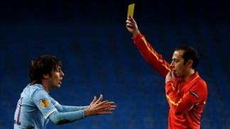 David Silva (Manchester City FC) & Referee Vladimir Sajn